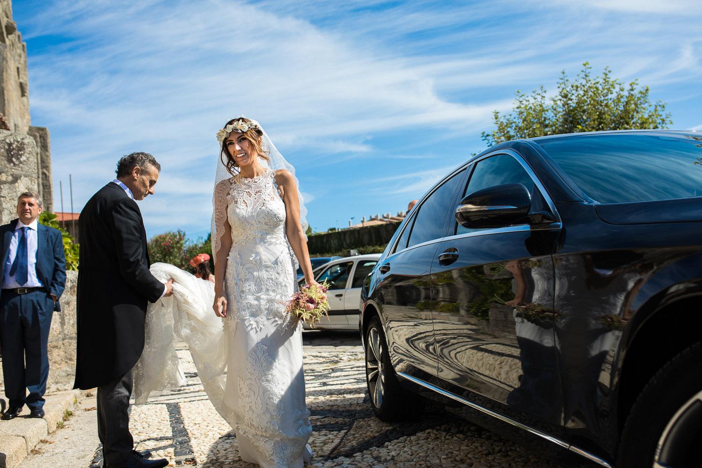 Fotografia de boda novia llegando a la iglesia