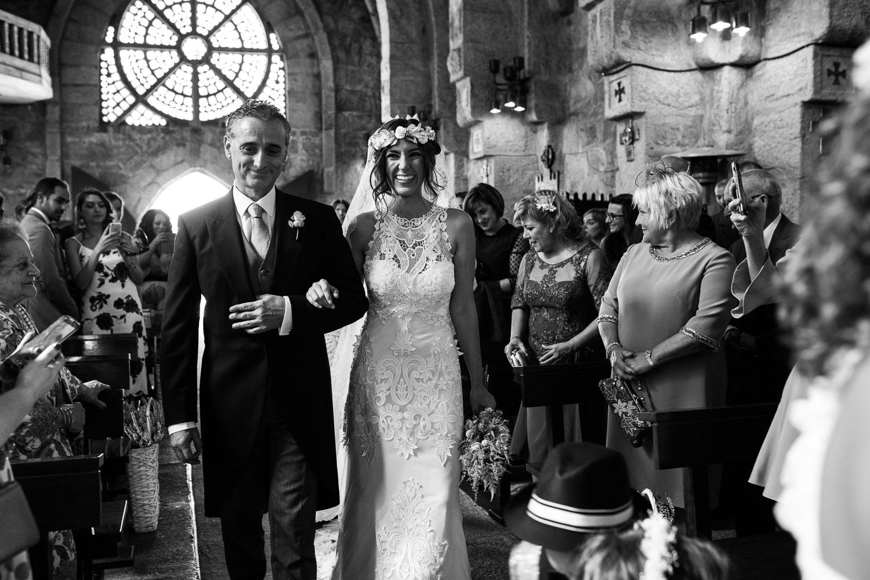 Fotografia de boda novia con el padrino entrando en la iglesia