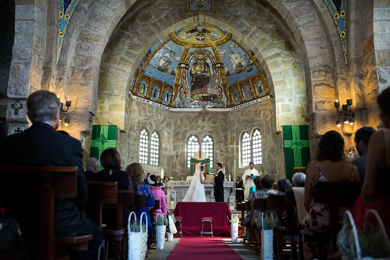 Fotografia de boda pareja de novios en la iglesia