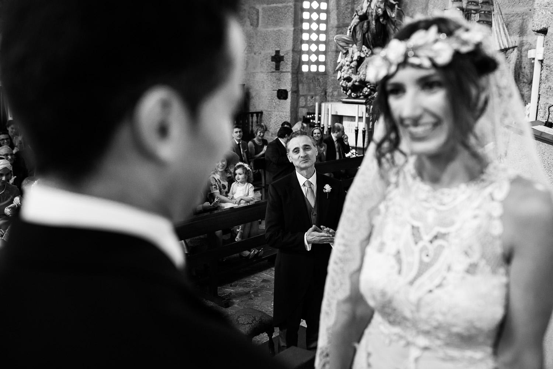 Fotografia de boda pareja de novios con el padrino