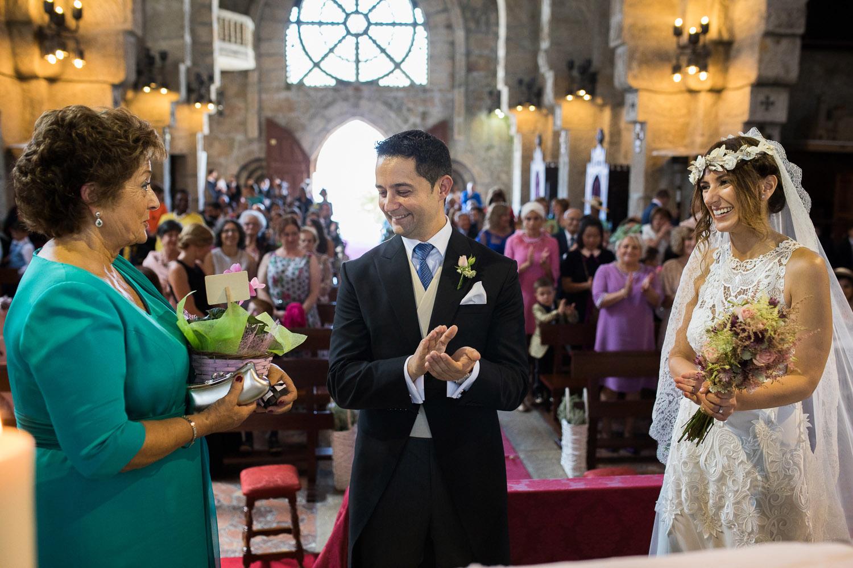 Fotografia de boda pareja de novios en la iglesia con la madrina