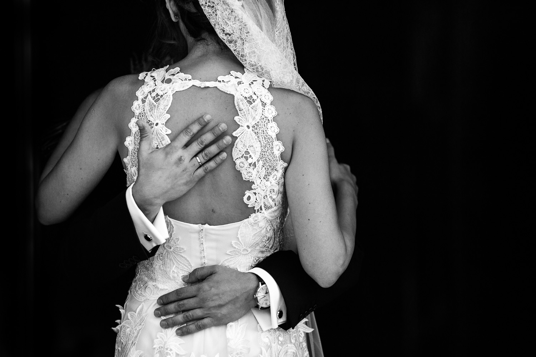 Fotografia de boda detalle de la espalda del vestido de novia