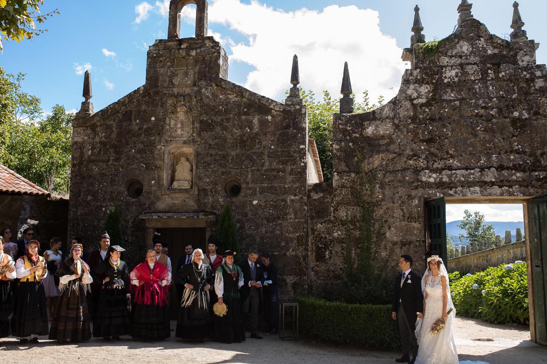 Fotografia de boda pareja de novios con gaiteiros