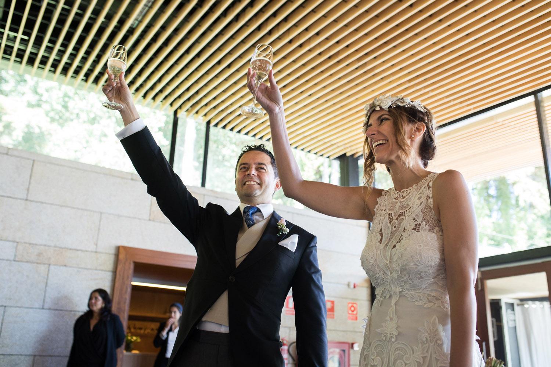 Fotografia de boda novios en el brindis