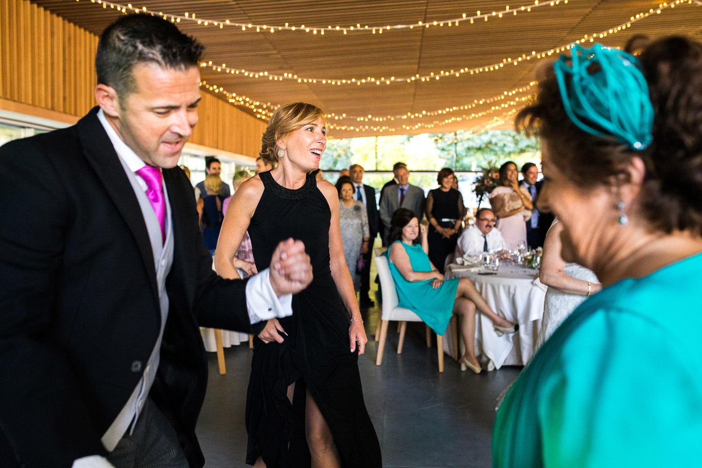Fotografia de boda invitados en el baile