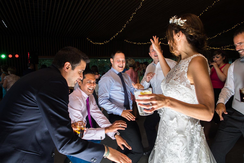 Fotografia de boda novia con invitados en el baile