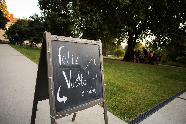 Fotografia de boda pizarra con mensaje Feliz vuelta a casa